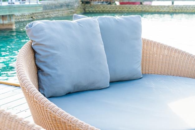 Almohada en el sofá de la terraza. Foto Premium