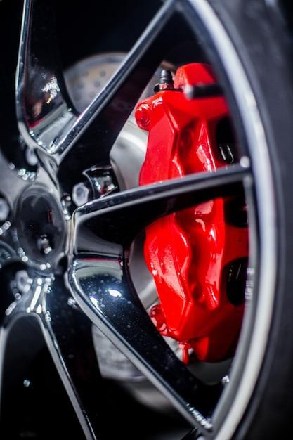 Almohadillas rojas de pedal en el volante de un coche. Foto gratis