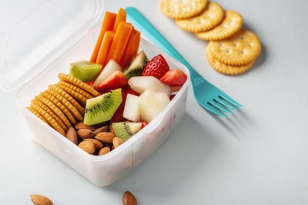 Almuerzo para acompañar frutas en caja. Foto gratis