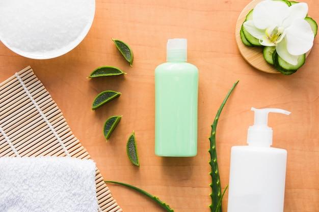 Aloe vera y pepino con crema de belleza Foto gratis
