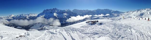 Alpes y pista de esquí Foto Premium