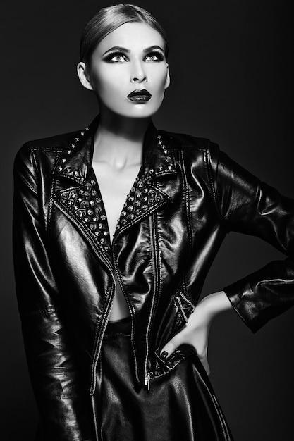 Alta moda look.glamor closeup retrato de hermosa sexy elegante rubia joven modelo con maquillaje brillante con labios rojos con piel limpia perfecta en tela negra Foto gratis