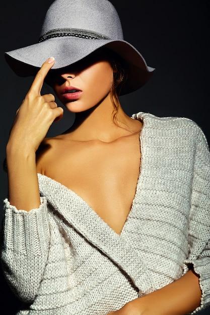 Alta moda look.glamor closeup retrato de hermosa sexy modelo elegante joven con maquillaje brillante con piel limpia perfecta en ropa casual con sombrero Foto gratis