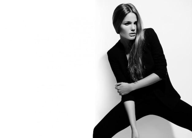 Alta moda look.glamor retrato de hermosa sexy elegante caucásica joven modelo en tela negra Foto gratis
