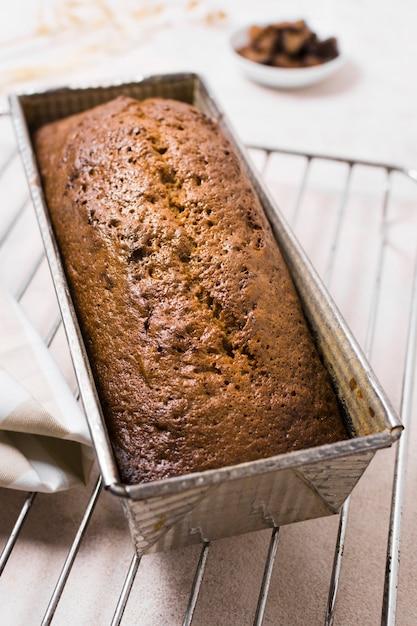 Alta vista delicioso pan dulce en la bandeja para hornear Foto gratis