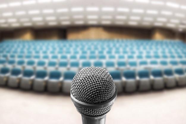Altavoz de voz de micrófono sobre la foto borrosa de la sala de seminarios vacía Foto Premium