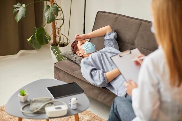 Alto ángulo de anciana con máscara médica en rehabilitación covid Foto Premium