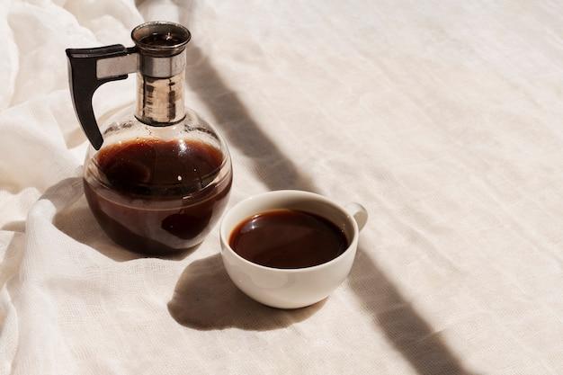 Alto ángulo de café negro en taza