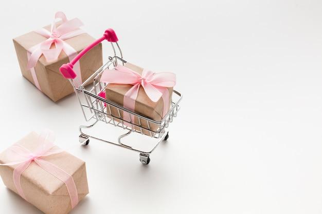 Alto ángulo de carrito de compras con regalos Foto Premium