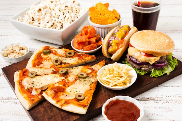 Alto ángulo de comida rápida en mesa blanca Foto gratis