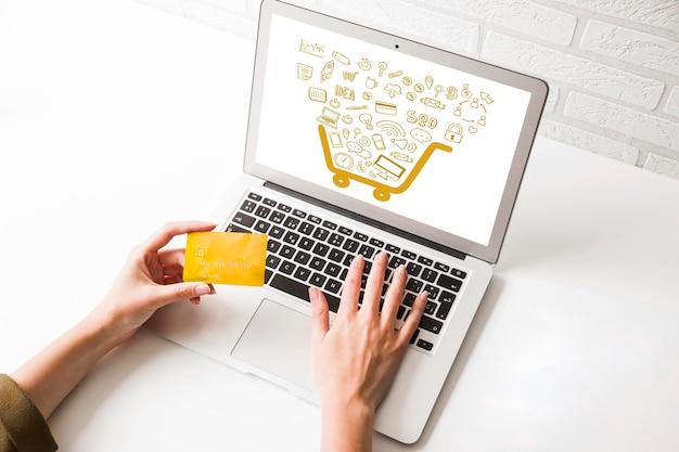 Alto ángulo de compras en línea en la computadora portátil Foto Premium