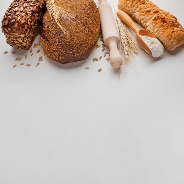Alto ángulo de pan y rodillo Foto gratis
