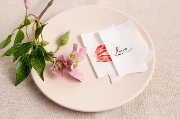 Alto ángulo de plato con flor y notas Foto gratis