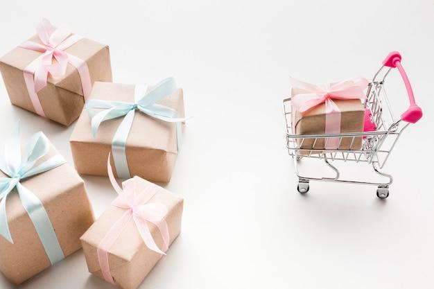 Alto ángulo de regalos con carrito de compras Foto gratis