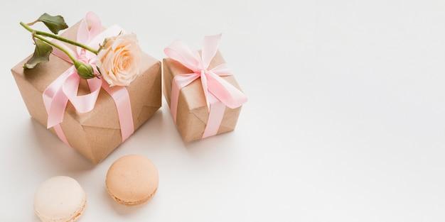 Alto ángulo de regalos con copia espacio y macarons Foto gratis