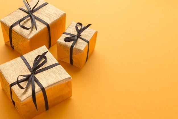 Alto ángulo de regalos con espacio de copia Foto gratis