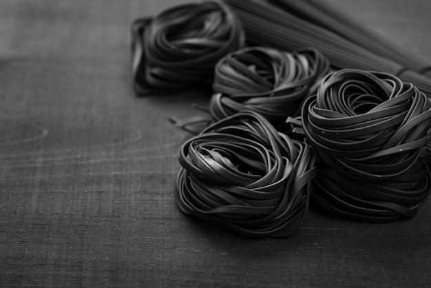 Alto ángulo de tagliatelle negro Foto gratis