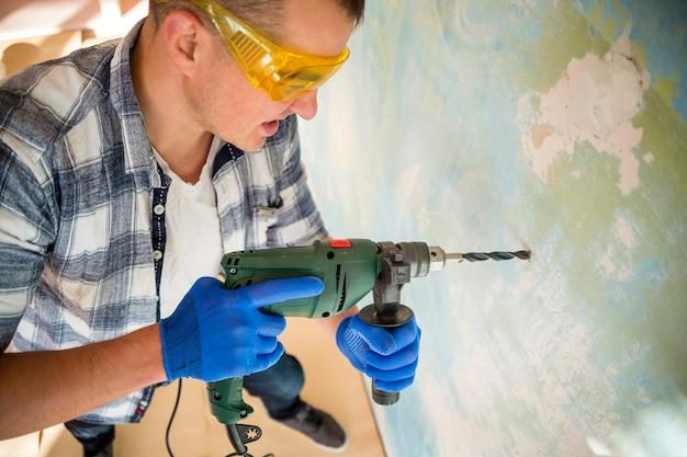 Alto ángulo de trabajador con martillo perforador Foto gratis