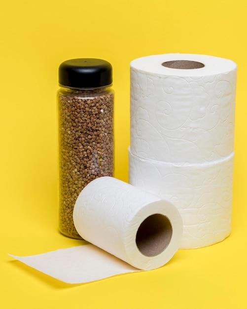 Alto ángulo de tres rollos de papel higiénico Foto gratis
