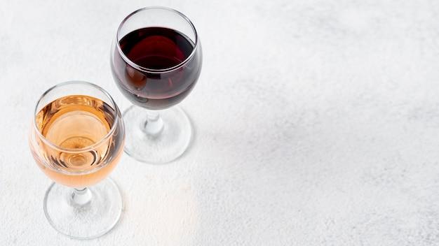 Alto ángulo de vino tinto y rosado en copa Foto gratis