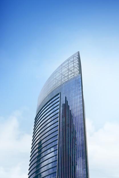 Alto edificio de oficinas moderno con ventanas de cristal azul Foto Premium