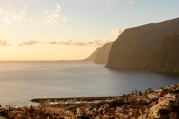 Altos acantilados con mar al atardecer Foto gratis