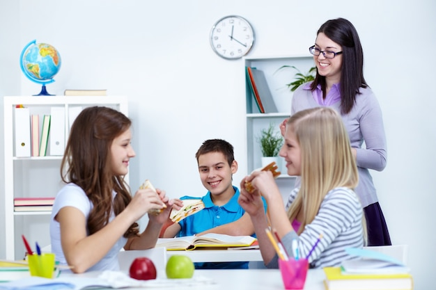 Alumnos Comiendo En Clase Descargar Fotos Gratis
