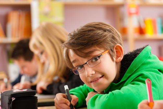 Alumnos en la escuela haciendo la tarea Foto Premium