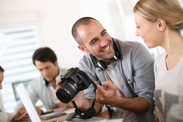 Alumnos de fotografía trabajando juntos en proyecto. Foto Premium