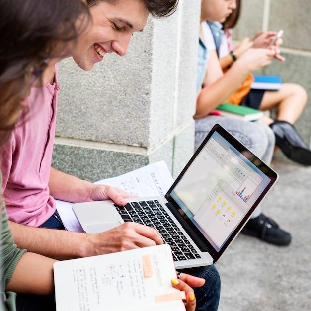 Alumnos haciendo tareas en el parque. Foto gratis