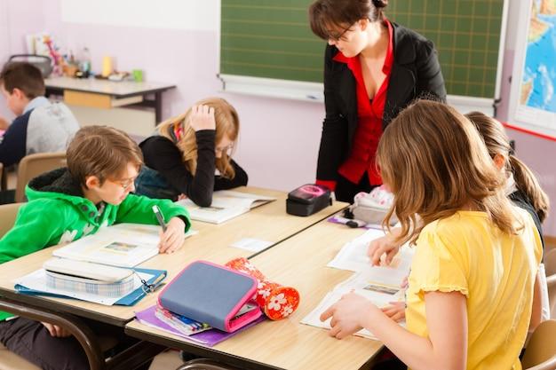 Alumnos y profesores aprendiendo en la escuela Foto Premium