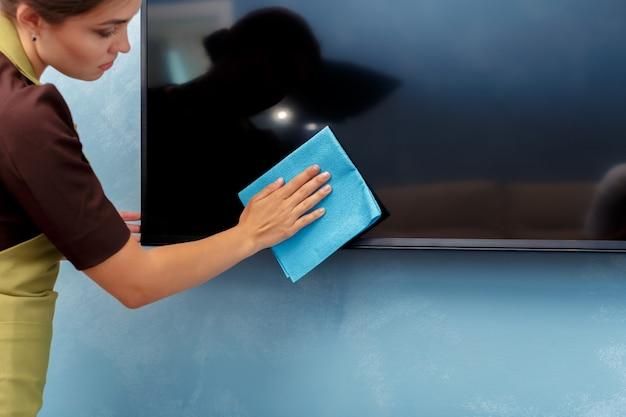 Ama de llaves limpiando una habitación de hotel Foto Premium