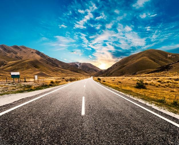 Amanecer en la carretera Foto gratis