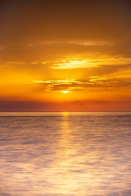Amanecer en el horizonte del mar Foto Premium