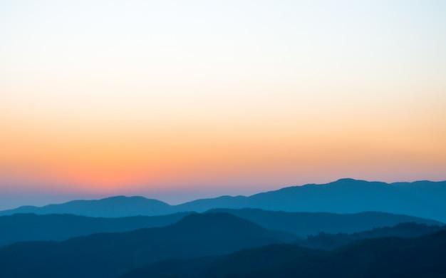 Amanecer en la montaña Foto Premium