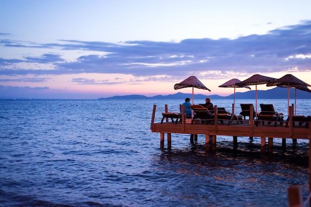 Amanecer del sol naciente desde el horizonte del mar. Foto Premium