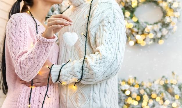 Amantes hombre y mujer sobre un fondo de navidad. enfoque selectivo. Foto Premium
