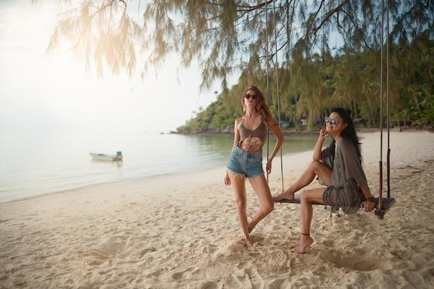 Amantes joven pareja de chicas. en la playa . Foto Premium