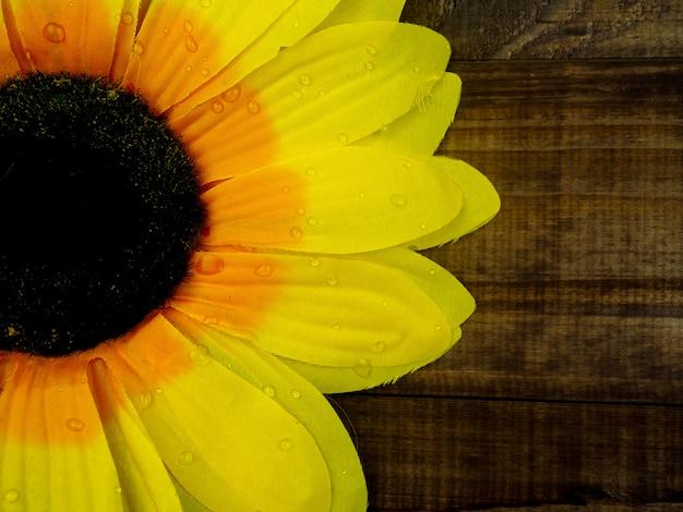 Amarillo girasol en mesa de madera, primer plano, espacio de copia Foto Premium