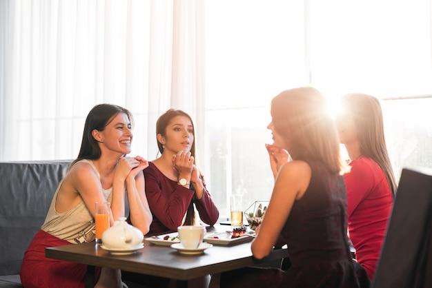 Amigas cenando en un restaurante Foto gratis