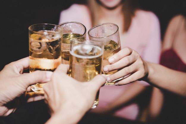 Amigas con cerveza de cristal en una fiesta Foto gratis