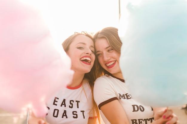 Amigas jóvenes felices en el parque de atracciones Foto gratis