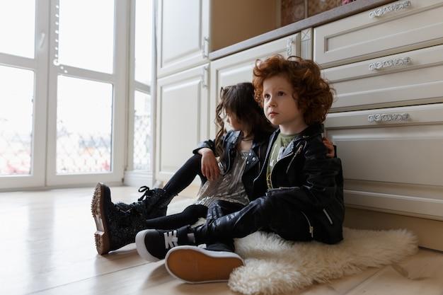 Amigas y niños se sientan juntos en el piso Foto Premium