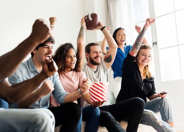 Amigos animando la liga deportiva juntos Foto gratis