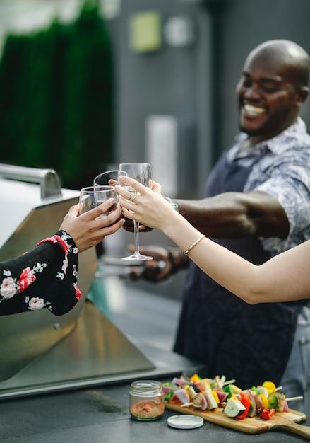 Amigos brindando con vino a la parrilla Foto Premium