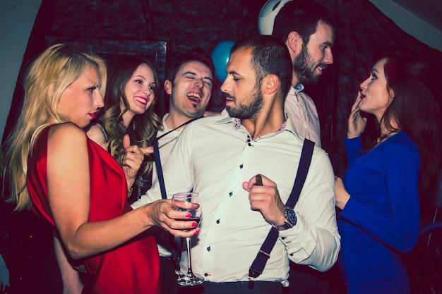 ac414b236b6aa Amigos divirtiéndose en fiesta nocturna
