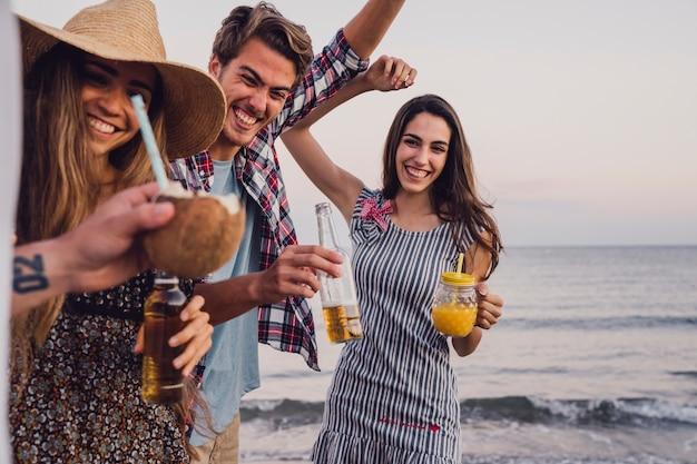 600fe7ec25176 Amigos divirtiéndose en una fiesta de playa