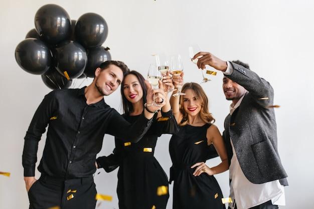 Amigos divirtiéndose en la fiesta Foto gratis
