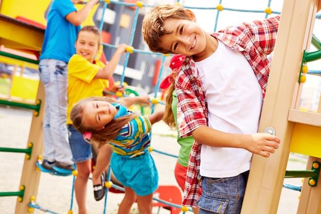 Amigos divirtiéndose en el parque infantil Foto gratis