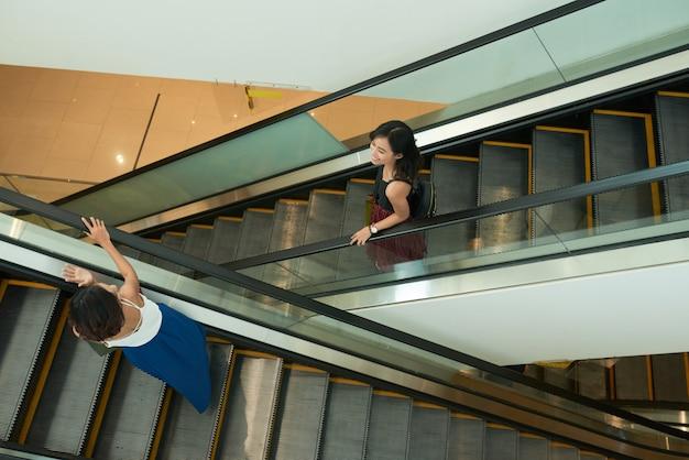 Amigos en la escalera mecánica Foto gratis